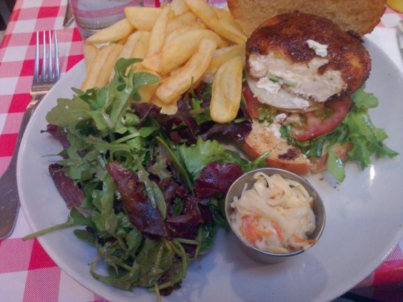 salade, frites et intérieur du burger au chèvre