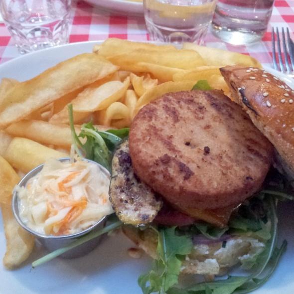 Intérieur du burger végé, coleslaw et frites