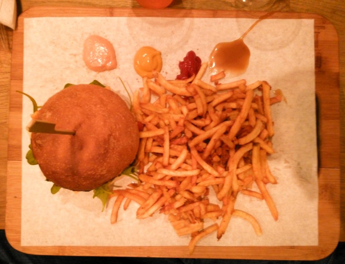 À nouveau, une photo médiocre qui montre le burger sans sésame. Elle est prise par le même appareil que la 2e photo.