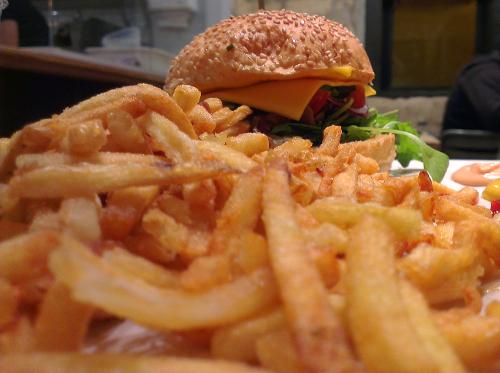 À nouveau, une photo de bonne qualité qui montre le burger avec sésame. Elle est prise par le même appareil que la première photo.