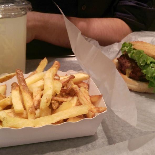 citronnade, frites et burger végétarien sur un plateau