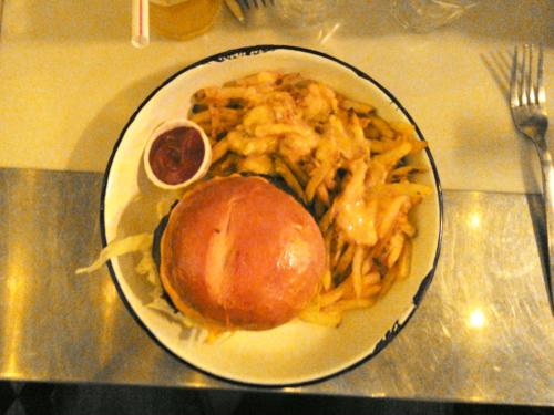 burger, frites et ketchup dans une assiette, vue de dessus