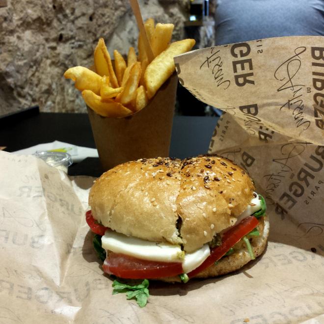 Le burger végétarien, coupé en deux au milieu, façon bagel