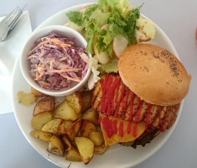 assiette du burger de Hobbes avec les accompagnements