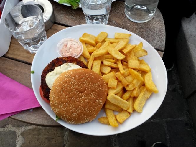 un burger et des frites industrielles