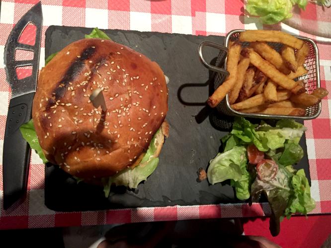 Vue de haut du burger et des frites