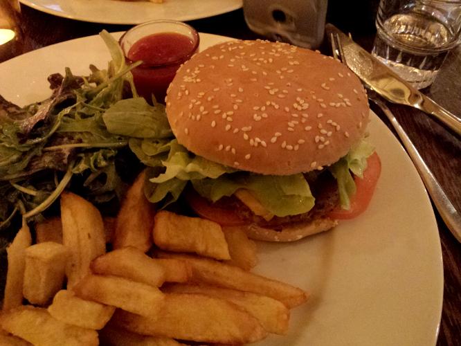 frites, salade et burger vegan