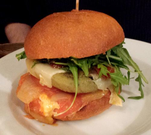 burger avec pain, steak de pois chiche, tomate coeur de boeuf et roquette