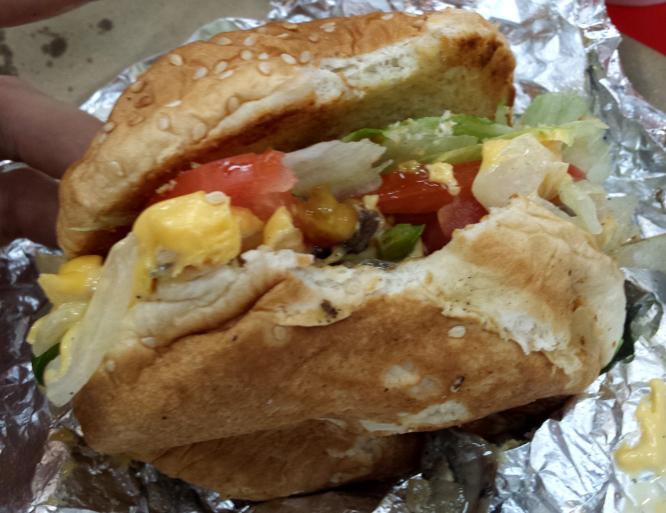 burger végétarien de Five Guys, vue de près