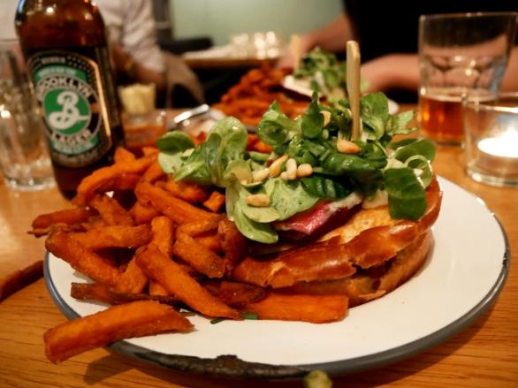 burger végé avec frites de patates douces